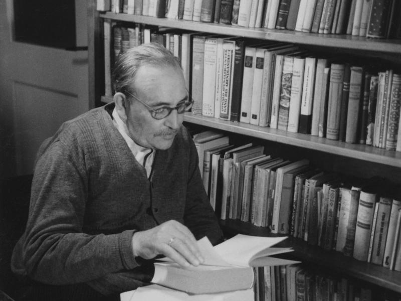 In der Bibliothek um 1950