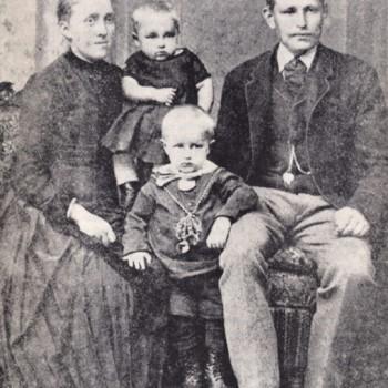 Wilhelm Kaisen mit Eltern und älterem Bruder Friedrich 1889