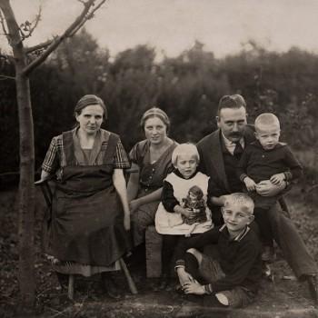 Wilhelm und Helene Kaisen mit den Kindern Niels, Ilse und Franz und einer Haushaltshilfe 1926