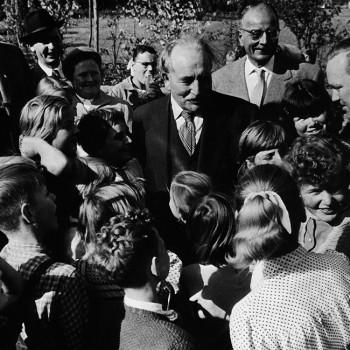 """""""Vadder"""" Kaisen bei der Einweihung eines Kinderspielplatzes 1956"""