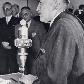 Wilhelm Kaisen schaltet eine neue Sendeanlage von Radio Bremen ein, Oktober 1951.