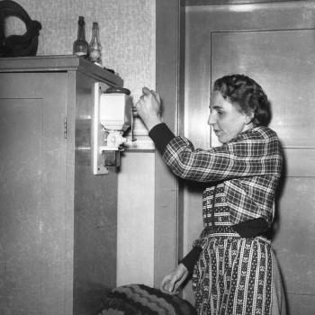 Ilse Kaisen an der Kaffeemühle 1952